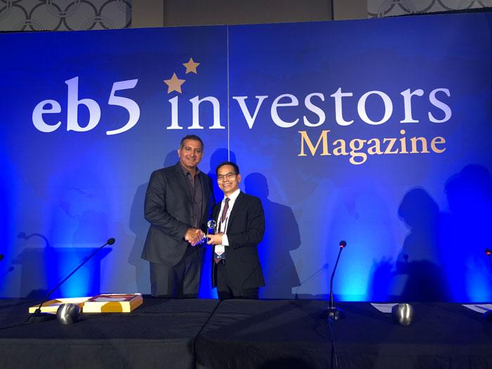 美成达董事长邱总获得eb5投资者杂志颁发的全球百强移民公司奖项合影